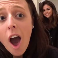 Selena Gomez faz surpresa emocionante e invade casa de fã na Austrália!