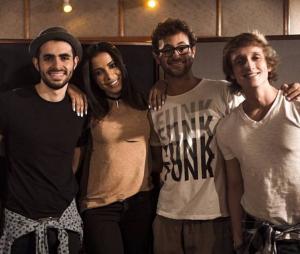 """Anitta e banda Jamz lançam a música """"Você Aqui"""" e fãs elogiam parceria nas redes sociais"""