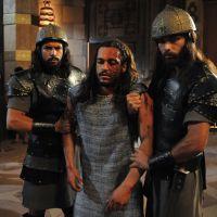 """Novela """"A Terra Prometida"""": Tobias (Raphael Vianna) é levado para rei Marek com rosto desfigurado!"""