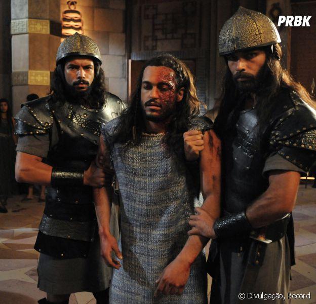 """Em """"A Terra Prometida"""",Tobias (Raphael Vianna) aparece todo machucado e é levado para Marek (Igor Rickli)"""