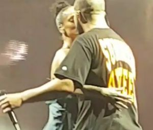 Rihanna e Drake se beijam e assumem namoro durante show!