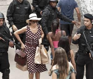 """Em """"Julio Sumiu"""", Edna (Lilia Cabral) sobe o morro atrás do filho desaparecido e acaba de metendo em confusão"""