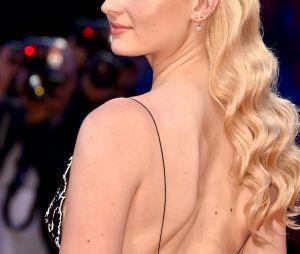 """Sophie Turner, de """"Game of Thrones"""", foi homenageada com um prêmio Kineo"""