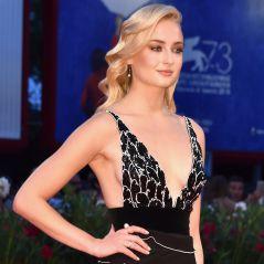 """Sophie Turner, de """"Game of Thrones"""", aparece loira em tapete vermelho e rouba a cena!"""