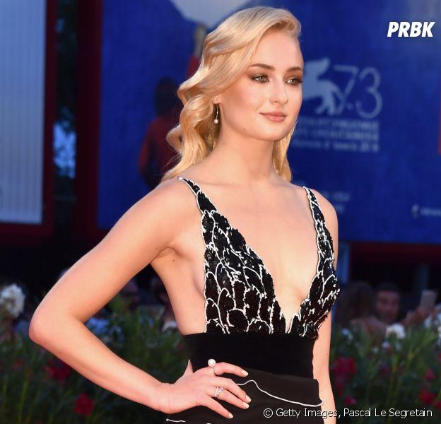 """Sophie Turner, de """"Game of Thrones"""", vai aoFestival de Cinema de Veneza 2016 e impressiona com cabelo loiro"""
