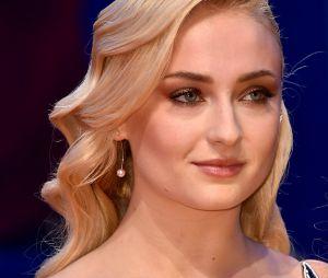 """Uma versão loira de Sophie Turner, de """"Game of Thrones"""", cruzou o tapete vermelho doFestival de Cinema de Veneza 2016"""