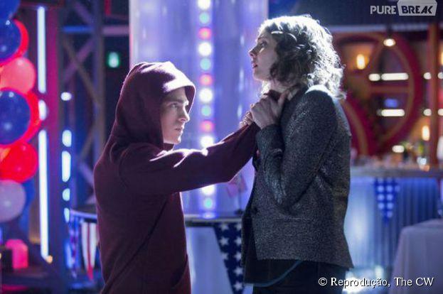 "Roy (Colton Haynes) perde os limites com Thea (Willa Holland), em ""Arrow"""