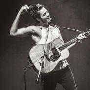 """Tiago Iorc canta com fãs em vídeo emocionante da música """"Amei Te Ver"""". Assista!"""