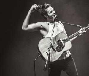 Tiago Iorc canta com multidão de fãs durante apresentação no Rio Grande do Sul
