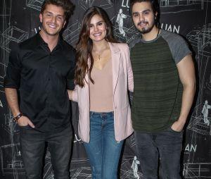 O casal Camila Queiroz e Klebber Toledo posa com Luan Santana no festival Villa Mix