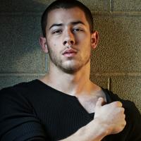 "Nick Jonas faz performance ao vivo do hit ""Bacon"" e arranca elogios dos fãs"