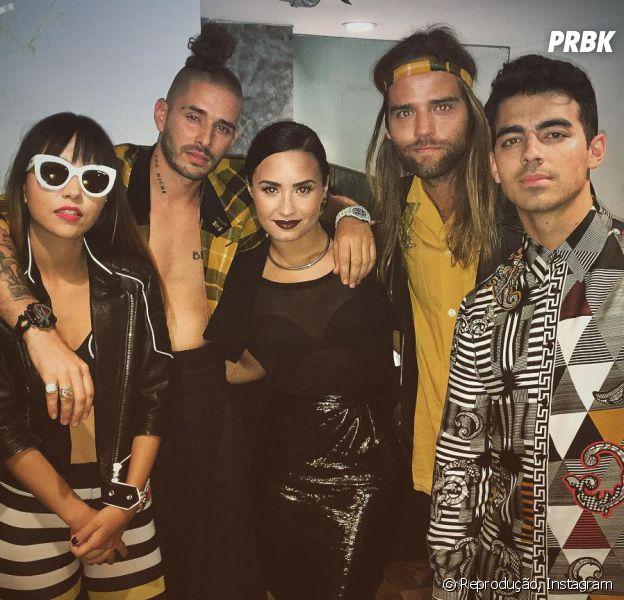 """Banda DNCE invade show de Demi Lovato, canta """"Toothbrush"""" com a gata e leva fãs à loucura"""