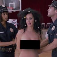 Katy Perry fica pelada e vai presa em quadro de comédia sobre as eleições dos Estados Unidos!