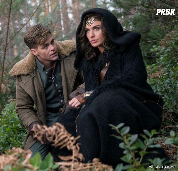 Steve Trevor (Chris Pine) e a Mulher-Maravilha (Gal Gadot) vivem um romance