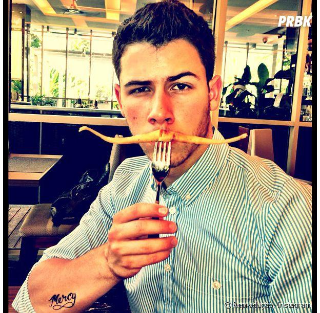 Nick Jonas brinca com comida e conquista o coração das taurinas!