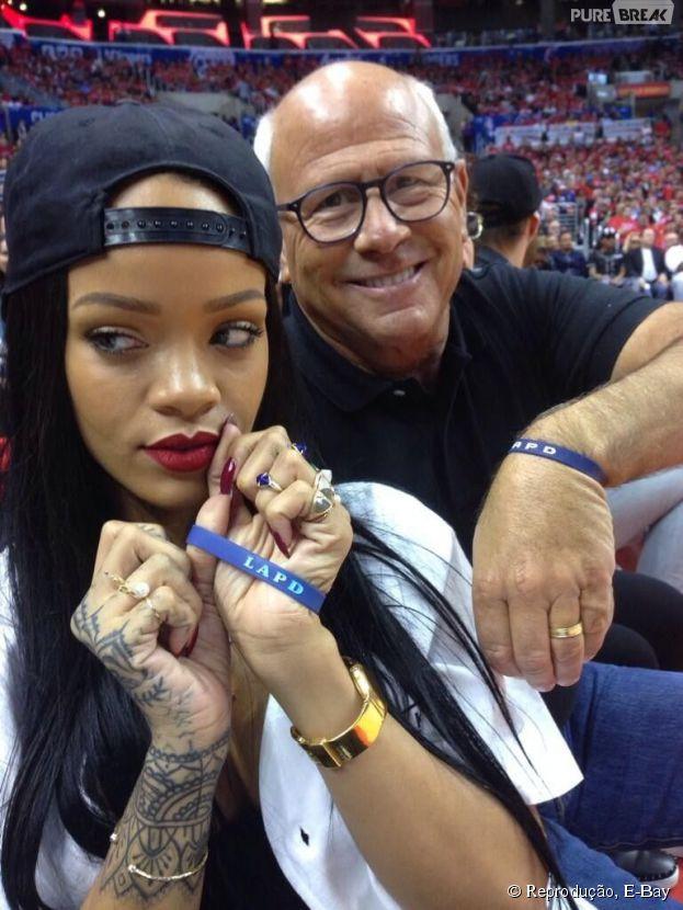 Celular autografado por Rihanna passa do valor de R$130 mil em leilão na internet