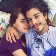 """Douglas Sampaio, de """"A Terra Prometida"""", fala sobre namoro com Rayanne Morais e carinho dos fãs!"""