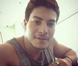 """Arthur Aguiar surpreendeu os fãs e cantou o single """"A Flor"""" em live do Facebook"""