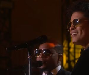 "Bruno Mars canta ""24k Magic"" no palco do Victoria's Secret Fashion Show"