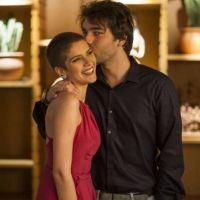 """Novela """"A Lei do Amor"""": Tiago (Humberto Carrão) beija Letícia e esquece no dia seguinte!"""