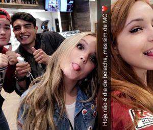 Larissa Manoela aparece ao lado de Matheus Pinheiro em foto publicada no  Snapchat be148bcfb2