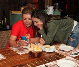Ao lado de David Brazil, Anitta se divertiu durante o jantar de lançamento do novo cardápio de um restaurante no Rio