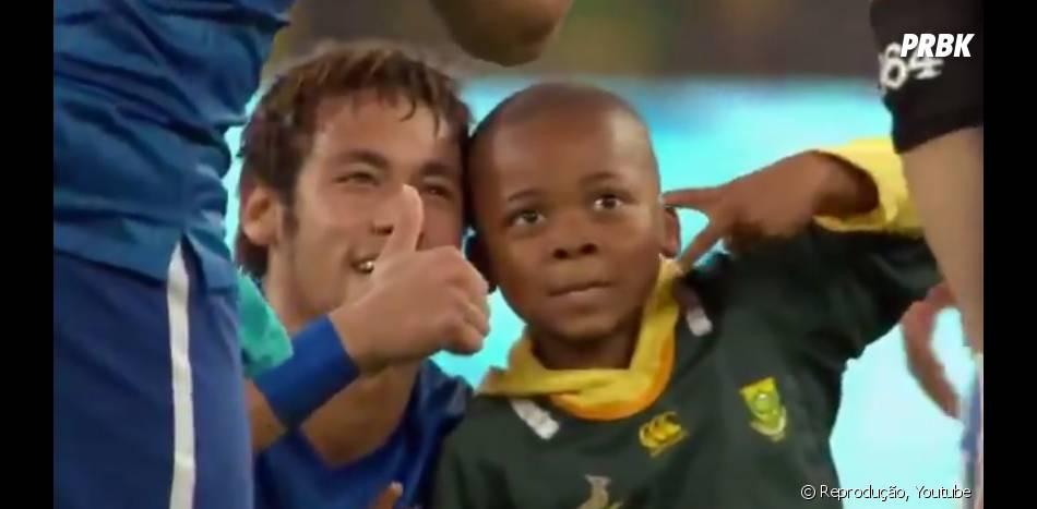 Neymar Jr. aparece logo no início da campanha #JogueComOrgulho ao lado de fã!
