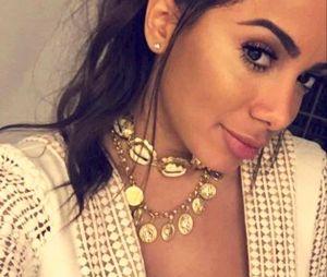 Veja Anitta e mais famosas que estão usando o colar de búzios