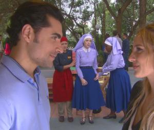 """Novela """"Carinha de Anjo"""": Cecília (Bia Arantes) vê Gustavo e Nicole e sente ciúmes!"""