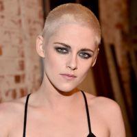 Kristen Stewart radicaliza o visual e aparece de cabelo raspado no lançamento do seu novo filme!