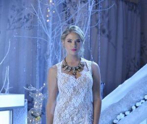 "Hanna Marin (Ashley Benson) arrasando num look gala em""Pretty Little Liars"""