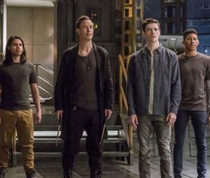 """O elenco de """"The Flash"""" parece um pouco surpreso com a chegada da Supergirl (Melissa Benoist)"""