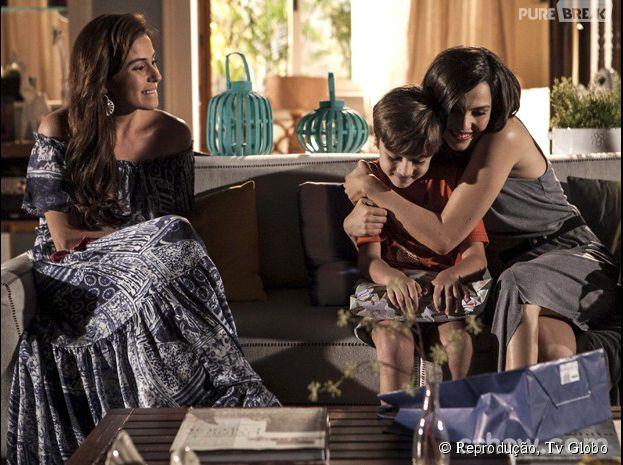 """Marina (Tainá Müller) e Clara (Giovanna Antonelli) precisam que Ivan (Victor Figueiredo) aceite a relação das duas na novela """"Em Família""""!"""