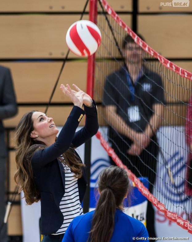 Kate Middleton joga vôlei com atletas, mesmo estando de salto alto