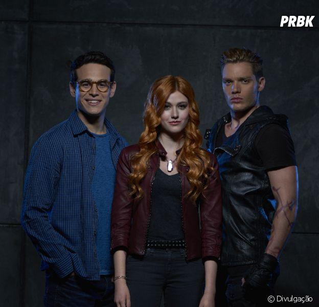 "De ""Shadowhunters"": Clary (Katherine McNamara) precisará escolher entre Jace (Dominic Sherwood) e Simon (Alberto Rosende)"