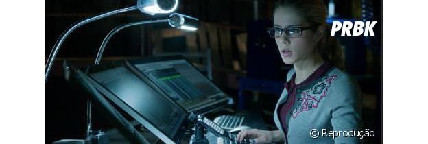 """A Felicity ajuda o vigilante de """"Arrow"""" hackeando informações"""