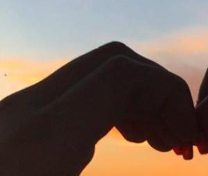 Larissa Manoela e Thomaz Costa estão em clima de romance em Orlando