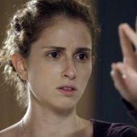 """Novela """"A Força Do Querer"""" : Ivana (Carol Duarte) vê barba crescendo após uso de hormônios!"""