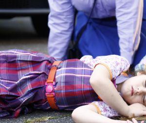 """Em """"Carinha de Anjo"""": Dulce Maria (Lorena Queiroz) desmaia após atropelamento!"""