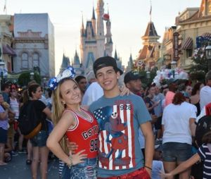 Larissa Manoela e o namorado, Thomaz Costa, curtem juntos o Parque da Disney em Orlando