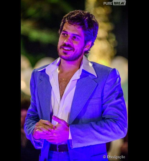O ator Marco Pigossi mudou o visual e deixou os fios bem mais curtos e a barba crescer