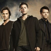 """Em """"Supernatural"""": na 13ª temporada, Sam, Dean e Castiel aparecem juntos em pôster oficial!"""