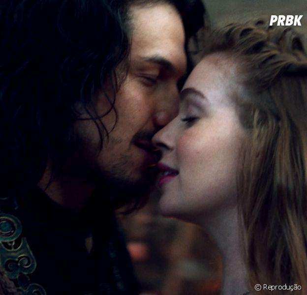 """De """"Deus Salve o Rei"""", Rômulo Estrela e Marina Ruy Barbosa se beijam em teaser!"""