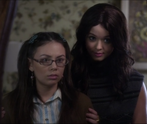 """The Perfectionists"": spin-off de ""Pretty Little Liars"" terá Mona (Janel Parrish) e Alison (Sasha Pieterse)"