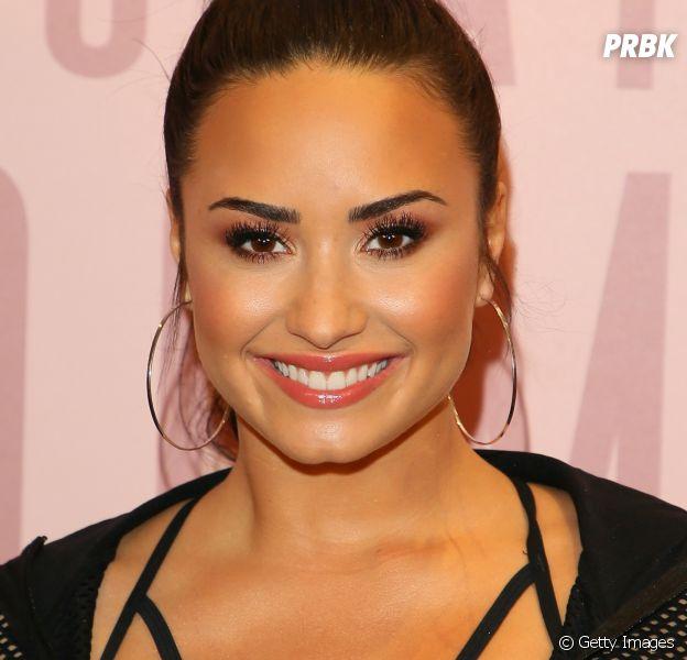 Demi Lovato aparece com garrafa suspeita na mão e fãs acham que ela teve recaída