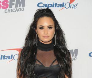 Demi Lovato aparece na mesma foto em dois perfis diferentes: com e sem uma bebida suspeita na mão e fãs percebem a alteração