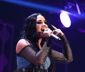 Amiga de Demi Lovato apaga bebida da mão da cantora e fãs acham que ela teve recaída