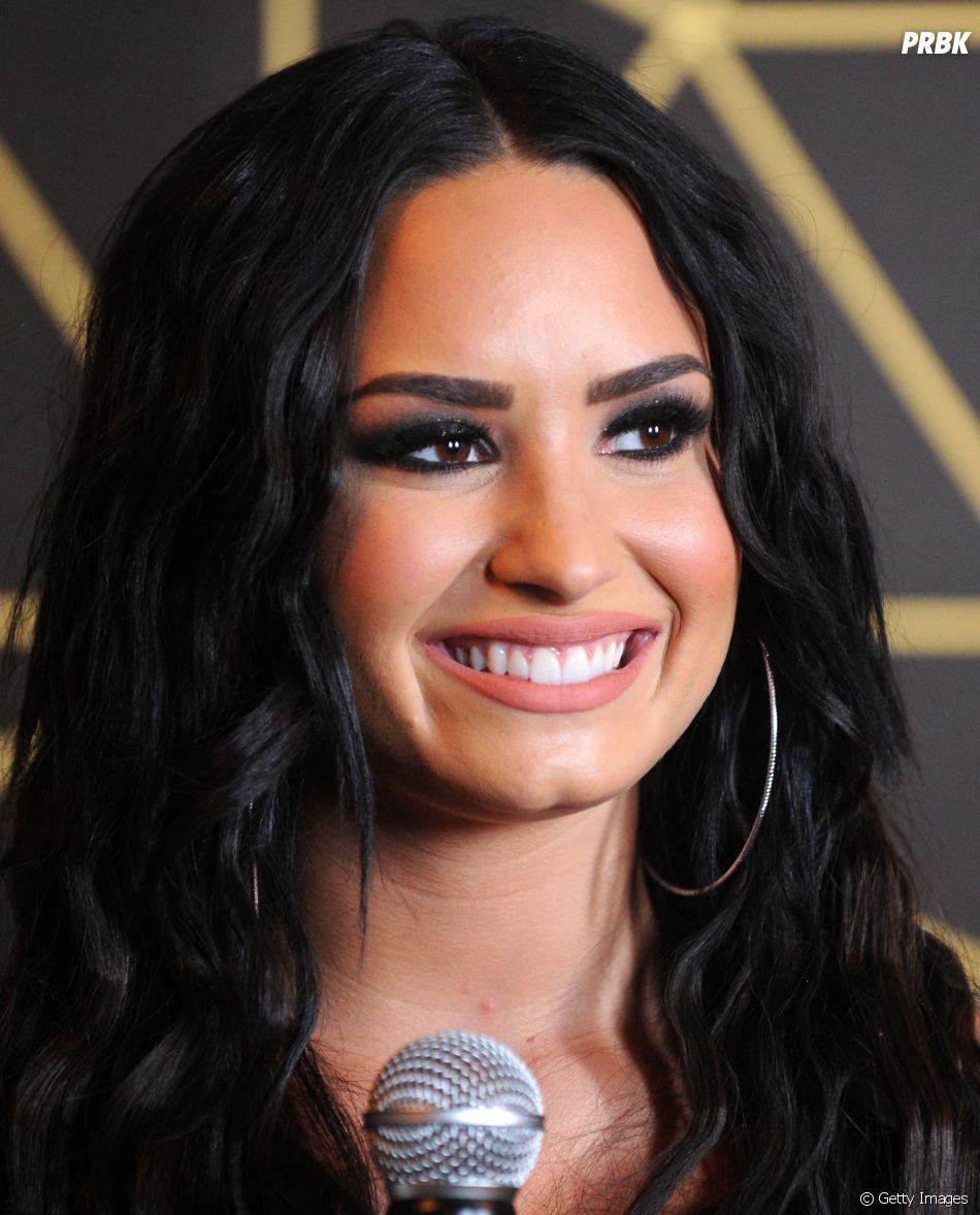 Demi Lovato explica que bebida na sua mão era apenas energético