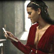 """Novela """"Deus Salve o Rei"""": Catarina (Bruna Marquezine) vê coisas antigas de Afonso e fica encantada"""