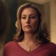 "Em ""Riverdale"", Alice (Mädchen Amick) encontra o corpo de Midge(Emilija Baranac) após a garota ser morta pelo Black Hood"